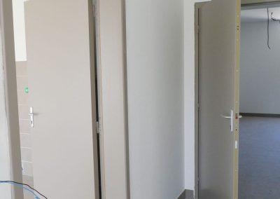 Installation portes intérieur bâtiment